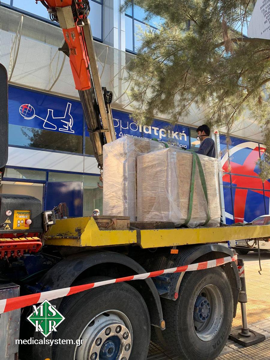Στιγμιότυπα από τη μεταφορά του εξοπλισμού hot lab με γερανοφόρου οχήματος